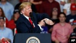 Más de 4 de cada 10 votantes hispanos dijo que aprobaban la política económica de Trump.