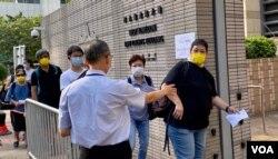 大批香港市民9月10日早上到西九龙裁判法院外排队轮候旁听席,声援国安法被控告的7名支联会常委 (美国之音/汤惠芸)
