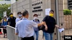 大批香港市民9月10日早上到西九龍裁判法院外排隊輪候旁聽席,聲援國安法被控告的7名支聯會常委 (美國之音湯惠芸)