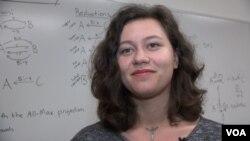 mahasiswi ilmu komputer Emilia Reed, yang membantu menciptakan aplikasi komputer untuk meningkatkan produktivitas pekerja dan mahasiswa.
