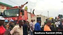 Motuka ya bobomi moto ya RVA na esika moto monene mpoelaki na dépôt ya carburant na Kananga, Kasai central. (VOA/Sosthene Kambidi)