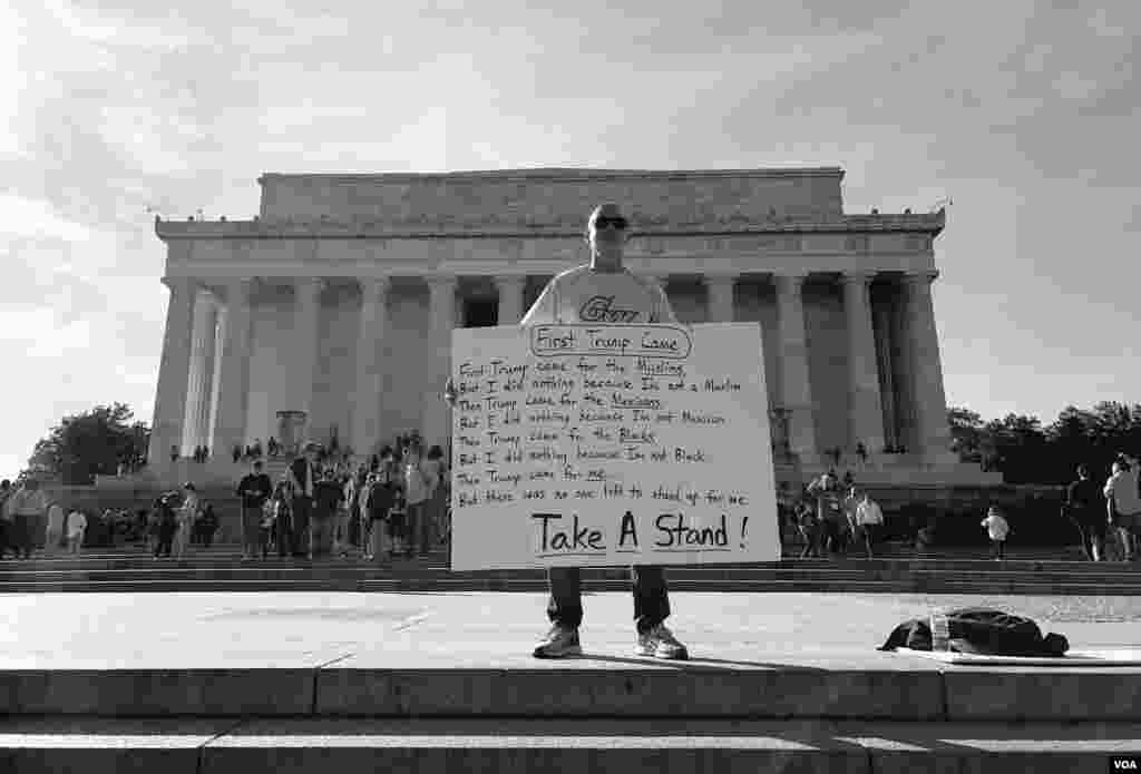 A man stands in front of Lincoln Memorial in Washington, D.C., with a message against President Trump on Presidents' Day. (Sama Dizayee/VOA Kurdish)