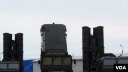 莫斯科國防武器展上首次展出的S-400防空導彈。 (美國之音白樺拍攝)