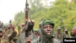 Combattants du M23 célébrant une victoire à Rumangabo, au nord de Goma, le 28 juillet 2012