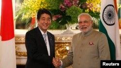 印度總理莫迪(右)訪問日本與首相安倍晉三會面。