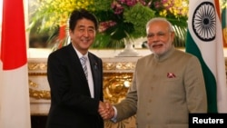 印度總理莫迪(右)星期一傍晚在東京與日本首相安倍晉三(左)舉行會談。