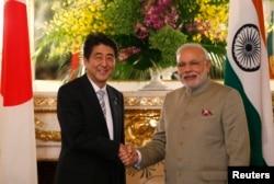 2014年9月1日,日本首相安倍在东京热情接待了来访的印度总理莫迪。图为安倍和莫迪在东京国宾馆握手拍照。