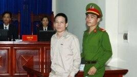 Nông dân Đoàn Văn Vương ra tòa ở Hải Phòng, ngày 2/4/13. Phiên xử kết thúc ngày 5/4 với bản án 5 năm tù đối với cho ông Vươn.