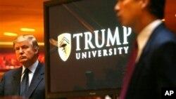 Donald Trump (kiri) pada sebuah acara di Universitas Trump di New York yang kini sudah tutup. (Foto: dok).