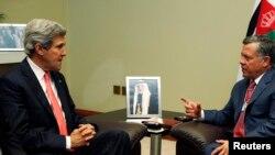 Le secrétaire d'Etat John Kerry (à g.) a conféré avec le Roi Abdullah de Jordanie avant sa rencontre avec son homologue russe