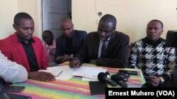 Patient Bashombe, président du bureau de coordination de la société civile, lit une lettre ouverte adressée au président congolais Joseph Kabila à Bukavu, Sud-Kivu, 14 juillet 2017. (VOA/Ernest Muhero)
