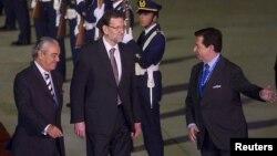 El presidente del gobierno español, Mariano Rajoy, centro, llega a Santiago de Chile para asistir a la cumbre del Celac y la Unión Europea.