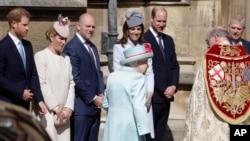 Miembros de la familia real británica observan la llegada de la reina Isabel II para asistir a un servicio religioso en la capilla de San Jorge, en el castillo de Windsor, Inglaterra, el domingo 21 de abril de 2019. (AP Foto/Kirsty Wigglesworth, pool)