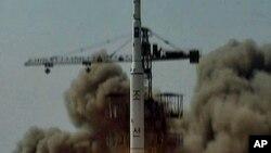 Korea Utara saat melakukan uji coba misil Musudan April tahun 2009 (foto: dok). Korut diduga akan meluncurkan misil Musudan ke sasaran Korea Selatan atau AS.