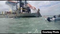 Aksi nelayan pulau Kodingareng saat berupaya menghalangi Kapal Queen of Netherlands melakukan pengerukan pasir laut di wilayah tangkap ikan nelayan (6 Juli 2020) Foto : WALHI Sulawesi Selatan