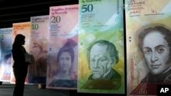 Papan-papan bergambarkan mata uang Venezuela, bolivar, di Karakas. (Foto: Dok)