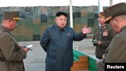 Lãnh đạo Bắc Triều Tiên Kim Jong Un ra chỉ thị trong một cuộc thị sát vào tháng 8/2014. Bắc Triều Tiên vẫn cho rằng họ cần có vũ khí hạt nhân để tự vệ, chống lại một cuộc xâm lăng mà Hoa Kỳ có thể thực hiện.