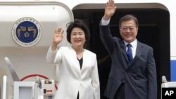 韩国总统文在寅和他的夫人金正淑在首尔军事机场挥手道别(2017年6月28日)