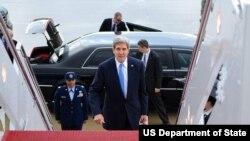 美国国务卿克里登机出访北非、欧洲和中东。(2013年11月2日)