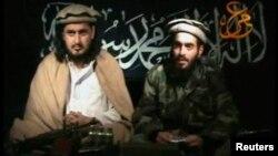 Thủ lãnh Taliban Hakimullah Mehsud (trái) ngồi cạnh người được cho là Humam Khalil Abu-Mulal al-Balawi, kẻ đã đánh bom tự sát giết các nhân viên CIA ở Afghanistan, 9/1/2010