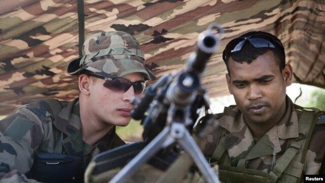26일 말리 바마코 공항 인근을 장학한 프랑스군.