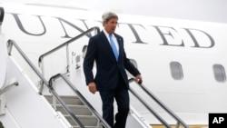 ລັດຖະມົນຕີ ການຕ່າງປະເທດ ສະຫະລັດ ທ່ານ John Kerry ພວມຍ່າງລົງຈາກເຮືອບິນ.