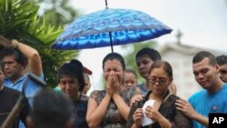 Relatives cry during the burial of an inmate killed in a prison riot, at the Parque Taruma cemetery, in Manaus, Brazil, Jan. 4, 2017.