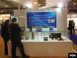 西方制裁後,中國大舉進軍俄羅斯電子器部件市場,今年8月莫斯科航展上的一家中國公司展台。(美國之音白樺攝)