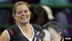 Kim Clijsters merayakan kemenangan setelah mengalahkan petenis Denmark Caroline Wozniacki dalam final Kejuaraan Tenis WTA di Qatar Oktober lalu.