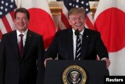 Presiden AS Donald Trump menghadiri pertemuan dengan para pebisnis Jepang bersama Dubes AS untuk Jepang William Hagerty di Tokyo, 25 Mei 2019.