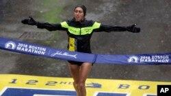 Desiree Linden, de Michigan, ganó la división mujeres de la edición 122 del Maratón de Boston, el lunes, 16 de abril, de 2018.