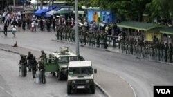 泰國軍人在曼谷道路上。