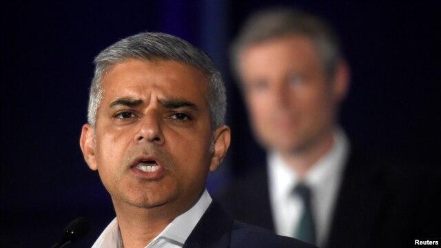 ေမလ ၇ရက္က လန္ဒန္ၿမိဳ႕ေတာ္၀န္ ေရြးေကာက္ပြဲ တြင္ အႏိုင္ရၿပီးေနာက္ ၿမိဳ႕ေတာ္ခမ္းမတြင္ မိန္႕ခြန္းေျပာ ေနေသာ Sadiq Khan ကို ေတြ႕ရစဥ္။ ဓါတ္ပံု - (REUTERS/Toby Melville )