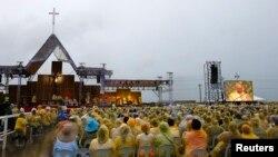 Paus Fransiskus terlihat di layar saat menghadiri misa di dekat bandara Tacloban, Filipina (17/1)