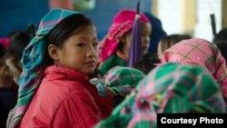 Các bé gái người dân tộc ở Việt Nam đang cùng nhau ăn một bữa ăn trưa có cơm
