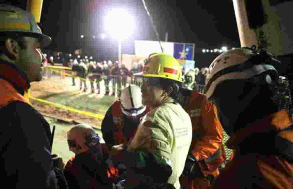 El chileno Juan Illanes observa los escombros de la mina de cobre, donde fue atrapado con 32 otros mineros por más de dos meses.