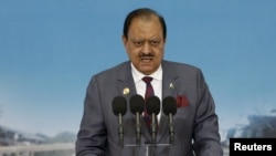 """Trong một buổi lễ kỷ niệm một nhà lãnh đạo có tinh thần dân tộc, Tổng thống Hussain nói: """"Ngày lễ Tình nhân không dính dáng gì đến văn hóa của chúng ta và nên được xa lánh."""""""