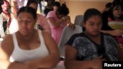 Des femmes enceintes attendent d'être assistées à l'Hôpital national des femmes à San Salvador, El Salvador, 29 janvier 2016.