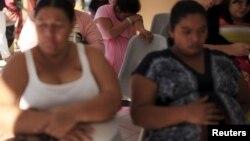 Para perempuan yang sedang hamil menunggu pemeriksaan di kota San Salvador, El Salvador (29/1).