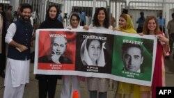پاکستان پیپلز پارٹی کے کارکن سابق وزیرِ اعظم مرحوم ذوالفقار علی بھٹو، ان کی بیٹی سابق وزیرِ اعظم مرحومہ بے نظیر بھٹو اور ان کے نواسے بلاول بھٹو زرداری کی تصاویر کا پلےکارڈ اٹھائے ہوئے ہیں۔ 13 اگست 2018۔