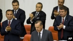 Para menteri memberikan tepuk tangan dalam sebuah sidang kabinet yang dipimpin Perdana Menteri Tayyib Erdogan (Foto: dok). Kabinet Turki sedang menggelar sidang terkait pesawat temur yang ditembak jatuh di Suriah.