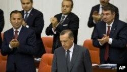 PM Turki Recep Tayyip Erdogan (tengah depan) memimpin sidang kabinet untuk membahas kemungkinan akibat serangan AS terhadap Suriah (foto: dok).