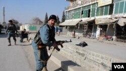 Polisi Afghanistan menembak seorang pembom bunuh diri yang mencoba menyerang Kabul Bank di provinsi Khost, Afghanistan (21/12).