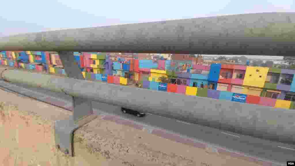 ڈھیڈ پنڈ نامی علاقہ علامہ اقبال انٹرنیشنل ایئر پورٹ کے سامنے اور رنگ روڈ پر واقع ہے۔