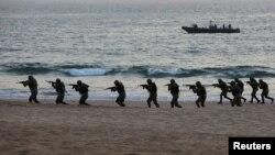 پاکستانی فوج نے اس سال فروری میں سمندر کے راستے دہشت گردی کی روک تھام کے لیے مشقیں کی تھیں۔ (فائل فوٹو)
