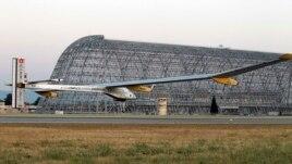 'Solar Impulse' lepas landas dari Lapangan Moffett, NASA di kota Mountain View, California (3/5). Pesawat buatan Swiss ini akan singgah di beberapa kota Amerika.