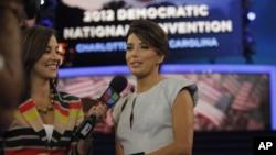 Aktris Eva Longoria sedang diwawancara sebelum berpidato di Konvensi Nasional Partai Demokrat. (Foto: AP)