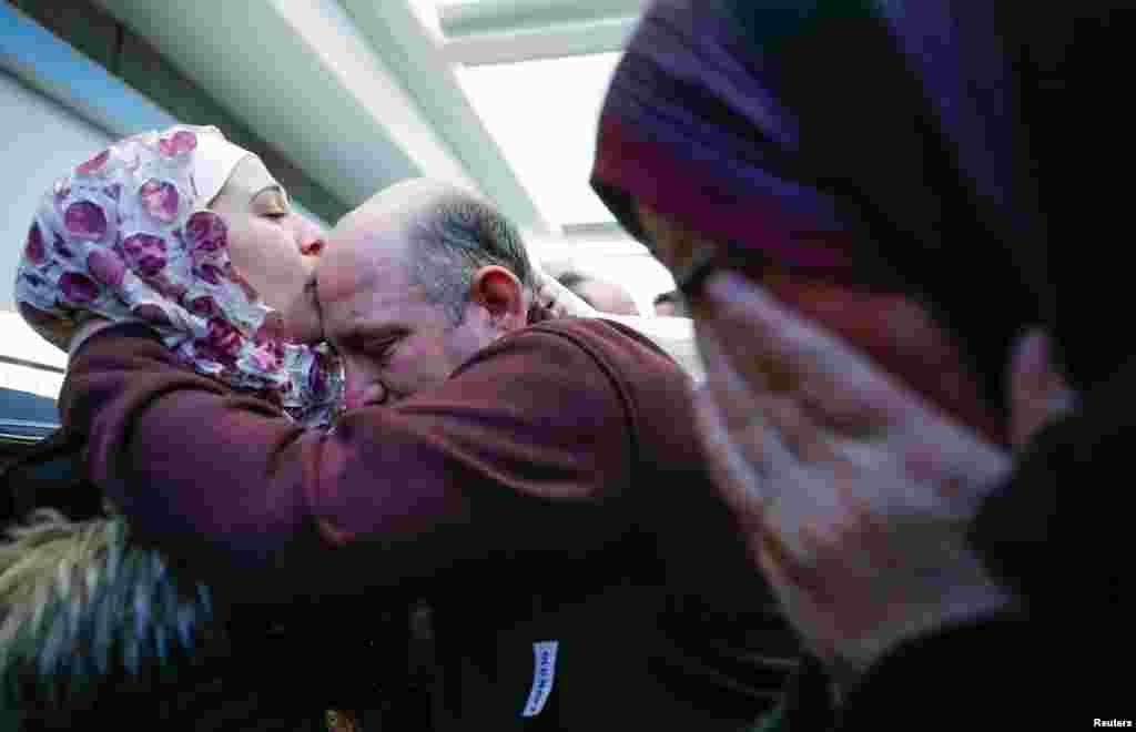 Suriyeli mültecilerin, Chicago'daki O'Hare Uluslararası Havaalanı'na vardıkları zaman döktükleri sevinç gözyaşları görüntülenmiş.