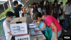 香港北區水貨客關注組舉行簽名運動,紀念民間反水貨客運動一週年,要求當局加強打擊水貨客執法行動