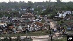 ເຮືອນຊານຂອງປະຊາຊົນທີ່ໄດ້ຮັບຄວາມເສຍຫາຍຈາກລົມຫົວກຸດ Tornado ທີ່ເມືອງ Pratt ຢູ່ທາງທິດເໜືອ ຂອງເຂດດາວທາວນ໌ເມືອງ Birmingham ລັດ Alabama ໃນມື້ວັນພຸດ ທີ 27 ເມສາ.